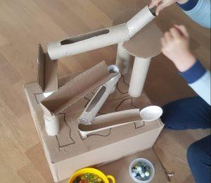 Du kan lave den sejeste kuglebane ved hjælp af toilet- og køkkenruller. Foto: Privat