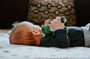 Søvntræning lover at lære børn at falde nemt i søvn og blive i søvnen – for deres eget bedste. Men søvntræning vil aldrig blive foreneligt med barnets behov, skriver Mia Bernscherer Bjørnfort.