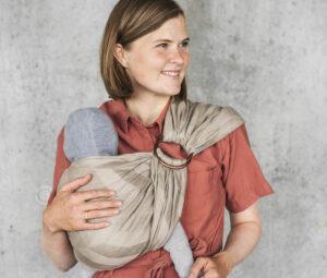 Ringslyngen fra Vito Slings er et simpelt bæreredskab, der kan bruges til din nyfødte baby.