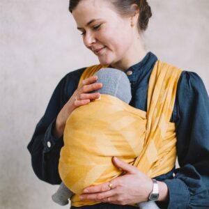 Der er uendeligt mange fordele ved at vælge at bære sit barn i en vikle eller ringslynge. Det styrker tilknytningen, giver tryghed og er praktisk for dig, fordi du har armene fri, fortæller Maria Damgaard fra Vito Slings i denne vikleguide.