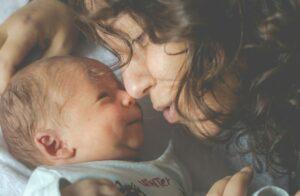 Som nybagt mor er det helt okay at sætte grænser. For eksempel i forhold til besøg. Faktisk kan det ligefrem være healende og styrke dit moderinstinkt, skriver psykoterapeut Annalie Jørgensen
